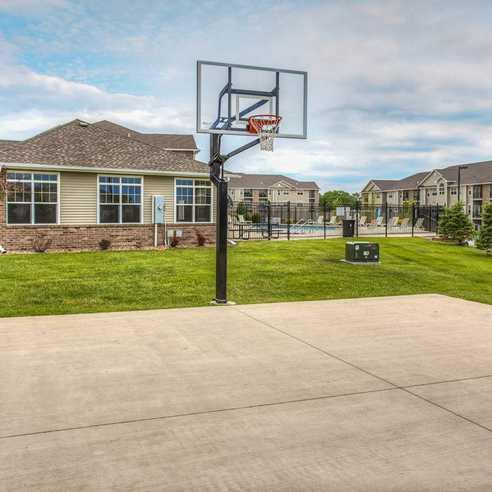 https://spxeastwebfarm7.spherexx.com/common/dynamic.asp?p=/common/uploads/www_traditionaptsankeny_com/property_photos/2438-pho-basketball.jpg&w=1&mw=984&h=1&mh=738&q=50