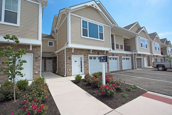 Woodmont Carriage apartments with Garage parking